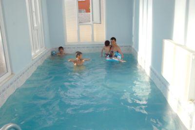 Evinin salonuna yüzme havuzu yaptırdı.
