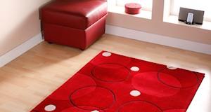 modern kırmızı renkli beyaz ve siyah desenli halı modeli