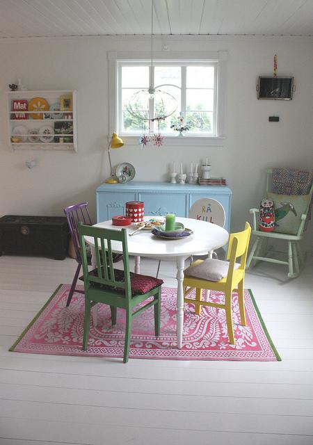 Rengarenk bir salon, mutfak ve yemek odası için küçük tüyolar