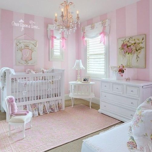 dekoratif beyaz mobilya ile dizayn edilmiş kız bebek odası