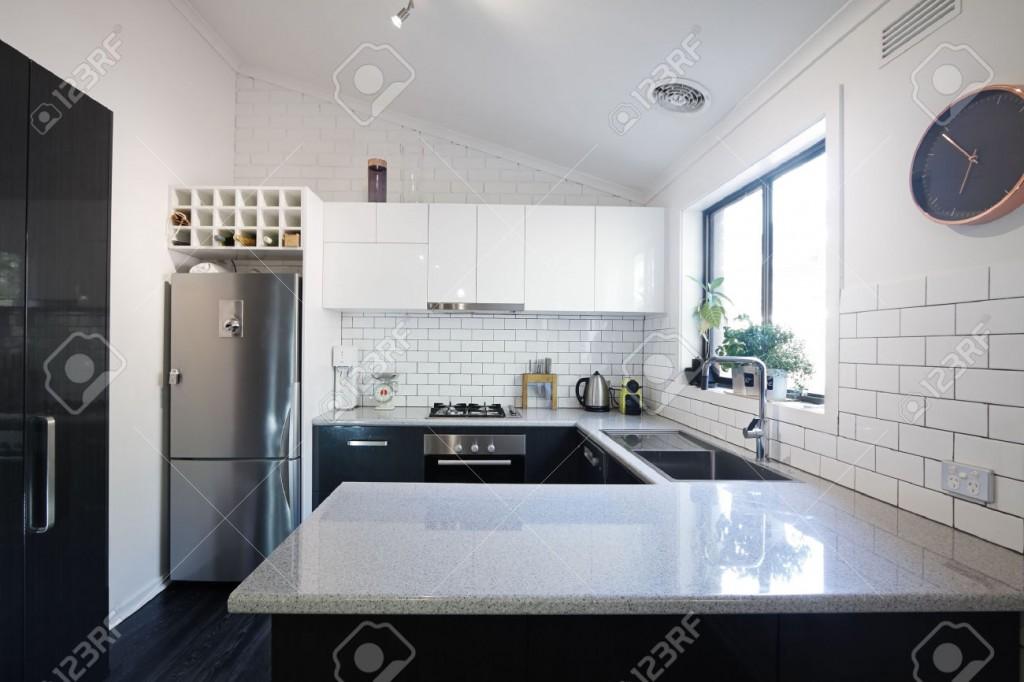Metro Fayans Sırtlı Yeni Siyah Ve Beyaz çağdaş Mutfak Royalty